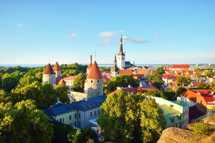 La capital de Estonia es una de varias ciudades que ha visto una caída en los precios de las comidas desde el cierre, donde el costo de una comida para dos se redujo en más de USD 26 (£ 20)