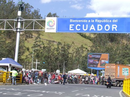 Vista de migrantes venezolanos llegando al Puente de Rumichaca para entrar a Ecuador. EFE/ Elías L. Benarroch/Archivo