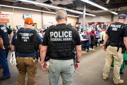 Agencias estadounidenses fueron testigo de cómo docenas de agentes procesaron a los trabajadores dentro de las instalaciones (Foto: @ICEgov)