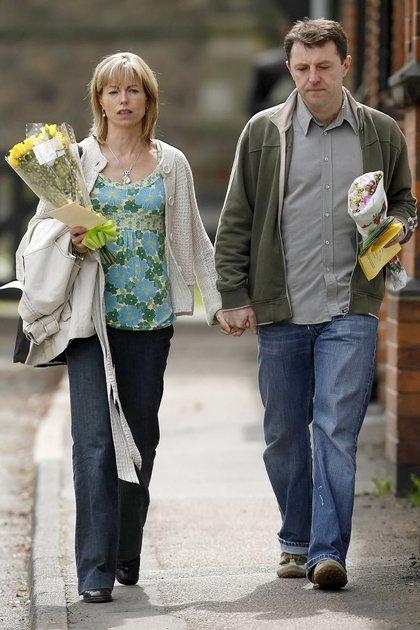 Kate y Gerry McCann en Rothley, Leicestershire, luego de una ceremonia religiosa al conmemorarse el primer aniversario de la desaparición de su hija (AFP Photo/ Leon Neal)
