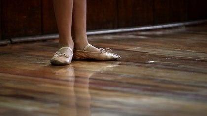 """""""Si cierro la escuela me voy a morir"""": ha instruido a bailarinas durante 60 años, pero la pandemia ha llevado su academia al extremo"""