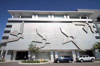 """Fotografía personal cedida donde aparece la fachada de John Angee Studio en Coral Gables, Florida (EEUU), exhibiendo la obra """"The Flight to freedom"""" (El vuelo a la libertad) del artista estadounidense nacido en Colombia Jonh Angee. EFE/John Angee Studio"""