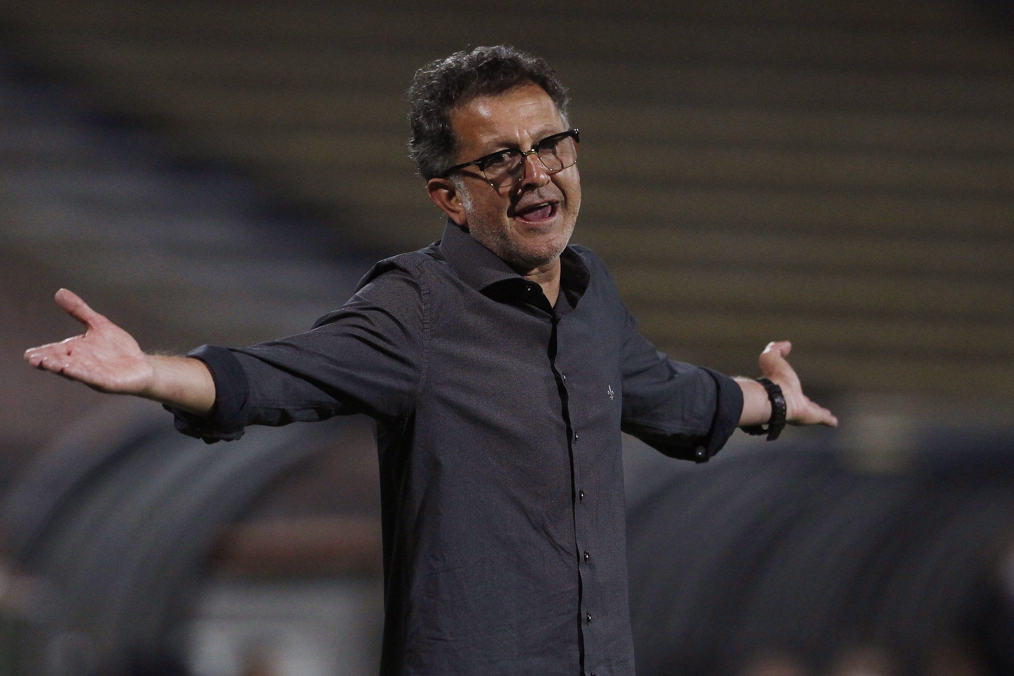 Fotografía de archivo en la que se registró al director técnico del club colombiano de fútbol América, Juan Carlos Osorio. EFE/Luis Noriega