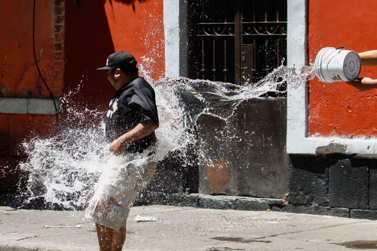MÉXICO, D.F., 04ABRIL2015.- Vecinos de las vecindades de la calle de República de Colombia se arrojaron agua para festejar el Sábado de Gloria, esto a pesar de las multas por desperdiciar este vital liquido. FOTO: RODOLFO ANGULO /CUARTOSCURO.COM