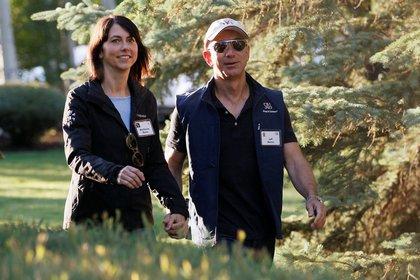 MacKenzie Scott junto a su ex marido, fundador y CEO de Amazon Jeff Bezos en Sun Valley, Idaho en julio de 2013 (Reuters)