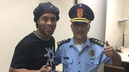 Durante su detención, Ronaldinho se fotografió con policías, personal de seguridad y trabajadores de la fiscalía