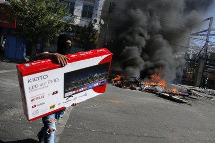 Saqueos en Valparaíso el 21 de octubre (Photo by JAVIER TORRES / AFP)