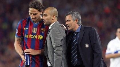 José Mourinho le habla al oído a Pep Guardiola, quien intenta dar indicaciones a Zlatan Ibrahimovic en el duelo entre el FC Barcelona y el Inter en las semifinales de la UEFA Champions League.