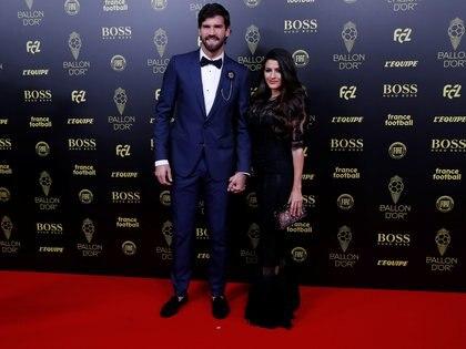 El arquero brasileño del Liverpool Alisson Becker y su pareja Natalia Loewe