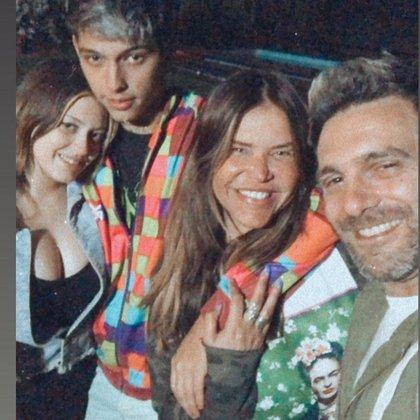 La foto de Nazarena junto a su pareja, su hijo y su nuera.