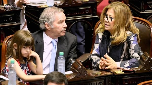 Felipe Solá junto a Graciela Camaño, en la previa de la jura en Diputados