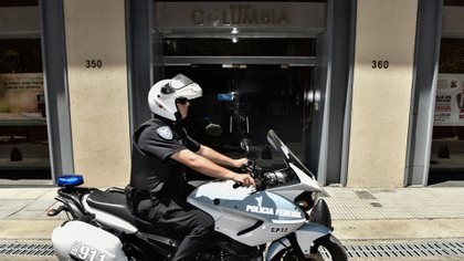 La Policía Federal en la puerta del banco Columbia, durante el operativo que ordenó el juez Kreplak