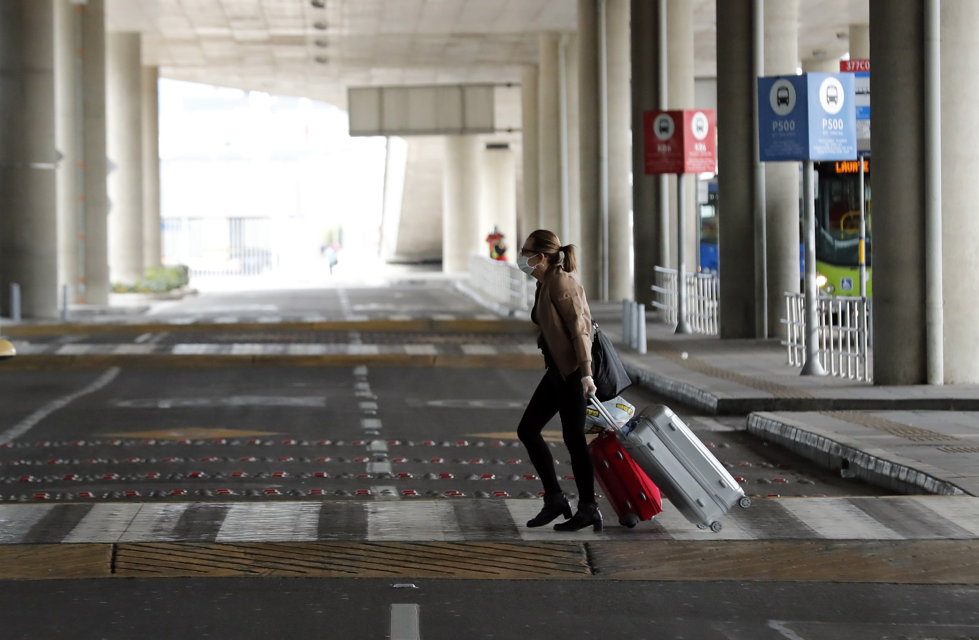 El Centro Europeo de Prevención y Control de Enfermedades (ECDC) recomienda a los países afectados tomar medidas similares a las del principio de la pandemia, como la limitación de viajes y los tests a personas provenientes de zonas de riesgo