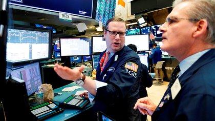 Corredores trabajan en la Bolsa de Nueva York (EFE/Justin Lane/Archivo)