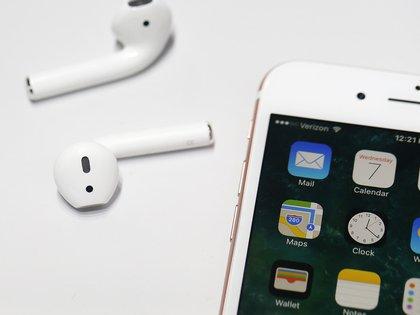 Los auriculares inalámbricos AirPods fueron lanzados en septiembre de 2016 (AFP)