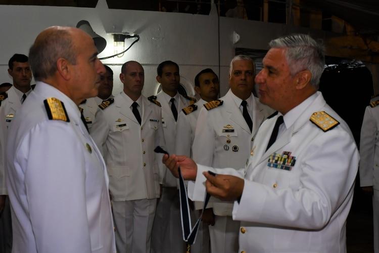 El Almirante Villán condecora a su par Uruguayo Carlos Albilleira