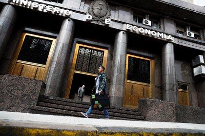 El Ministerio de Economía necesitará financiar el 40% del déficit del 2021 con bonos en pesos en el mercado local. (Foto: EFE/David Fernández)