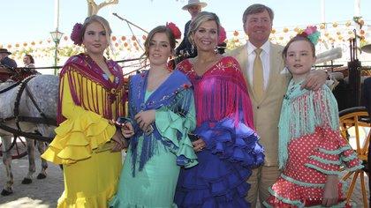 Máxima, Guillermo y sus tres hijas en 2019 durante la visita a la feria de Sevilla, donde se enamoraron hace 20 años  (Grosby Group)