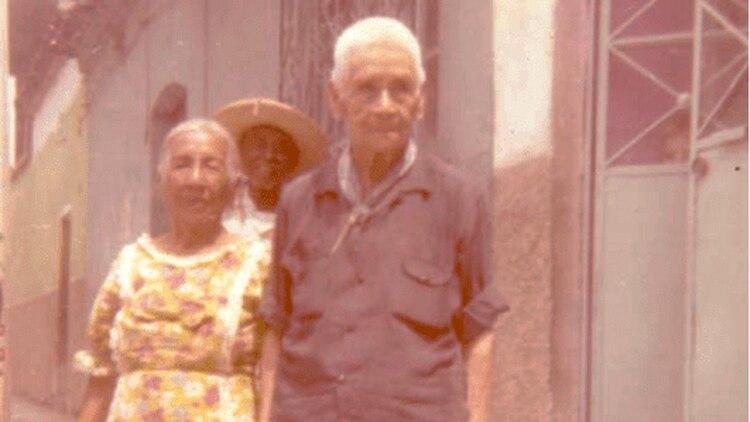 El coronel Amelio Robles con su compañera Ángela Torres, con quien adoptó una hija.
