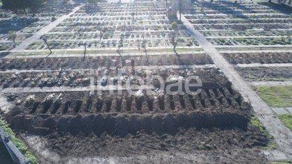Tumbas en el sector reservado para fallecidos por Covid en el cementerio de Flores