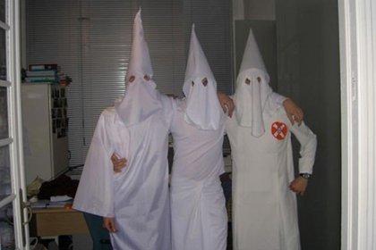 Foto publicada en el grupo de Facebook de la fraternidad, con las túnicas del Ku Klux Klan