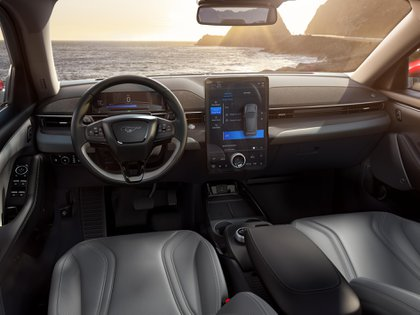 Por primera vez un Ford equipa una pantalla de 15,5 pulgadas vertical y táctil con toda la información para configurar el vehículo