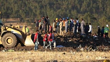 Operaciones de búsqueda y rescate en el lugar donde cayó el vuelo 302 de Ethiopian Airlines, la última tragedia que involucró a un 737 MAX el 10 de marzo de 2019 (Reuters)