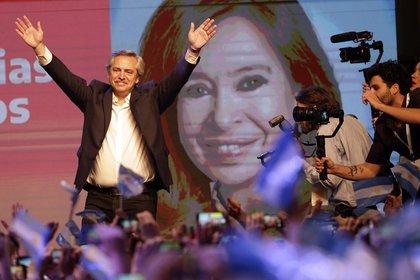 Alberto Fernández, presidente electo: detrás la imagen de Cristina Fernández de Kirchner