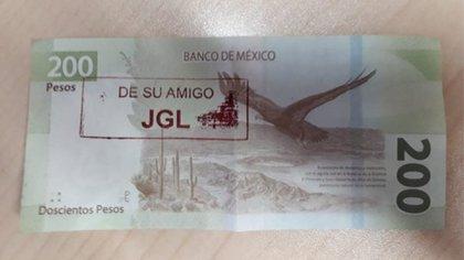 Un billete de 200 pesos con las siglas de Joaquín Guzmán Loera fue expedido en un cajero de un supermercado en Culiacán, Sinaloa (Foto: Twitter/@LPueblo2)