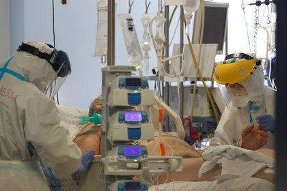 Un paciente con coronavirus en una unidad de cuidados intensivos del hospital San Filippo Neri de Roma (REUTERS/Yara Nardi)