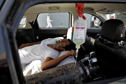 Una persona respira de manera asistida a cauda del coronavirus