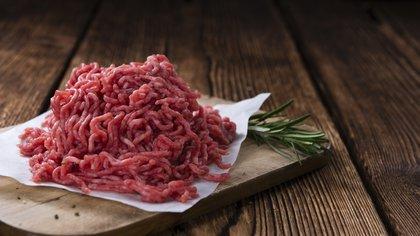 Cuando la carne se somete al proceso de picado, aumenta la exposición a bacterias (Shutterstock)