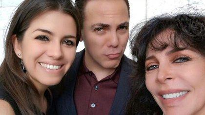 La pareja con Verónica Castro. La actriz recién conoció a la joven luego de la boda