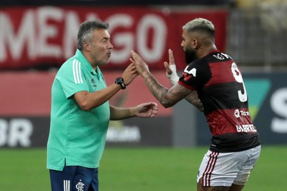 Gabriel Barbosa, Gabigol de Flamengo junto con el entrenador Domenec Torrent. EFE  Antonio Lacerda  Archivo