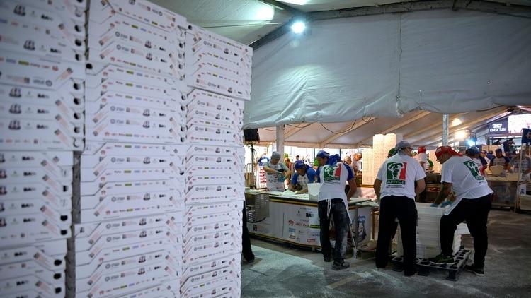 Los alimentos utilizados para realizar las más de 11 mil pizzas fueron donados por diferentes organizaciones y el dinero obtenido de la venta de las pizzas y empanadas al público fue donado a la Asociación Síndrome de Down de la República Argentina y a la Fundación Leandro Olmos.