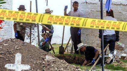 La JEP prohibió las exhumaciones e inhumaciones en 352 puntos de interés forense en el cementerio de Puerto Berrío, Antioquia (Colombia). EFE/Álvaro Ballesteros/Archivo