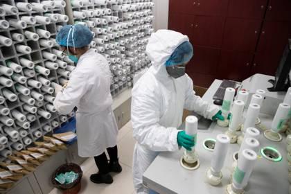 """""""Solo un comité de expertos puede decidir a quién se les permite utilizar los kits del análisis"""", le explicaron los médicos que sospechaban que tenía el COVID-19 (China Daily vía Reuters)"""