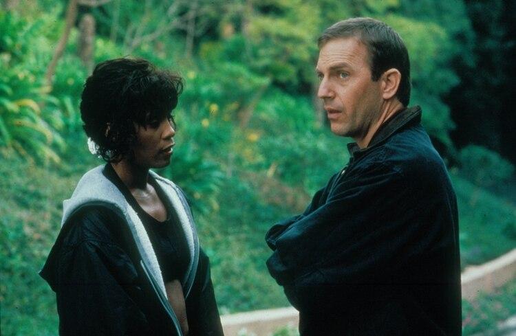 Whitney Houston junto a Kevin Costner durante el rodaje de El Guardaespaldas (Shutterstock)