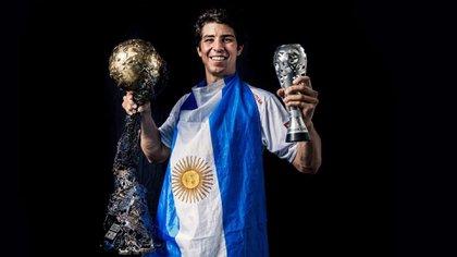 Diego Simonet con la Champions League y el premio a MVP en sus manos