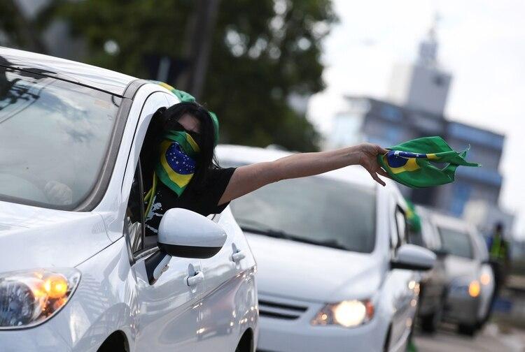 Un partidario de Jair Bolsonaro protesta contra las recomendaciones de aislamiento social del gobernador de Rio Grande do Sul, Porto Alegre, el 1 de abril de 2020. (REUTERS/Diego Vara)