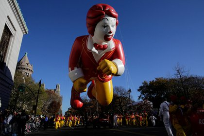 Ronald McDonald siendo transportado por Central Park West,Nueva York. (Reuters)