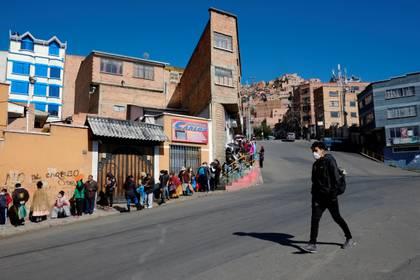 Personas en las calles de La Paz, Bolivia (REUTERS/David Mercado)