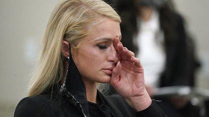Paris Hilton seca las lágrimas de su rostro mientras testificaba frente a la legislatura de Utah el 8 de febrero de 2021 (AP)