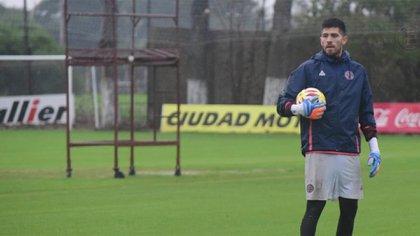 Rossi ya firmó y se entrena con el equipo dirigido por Zubeldía (@CLUBLANUS)