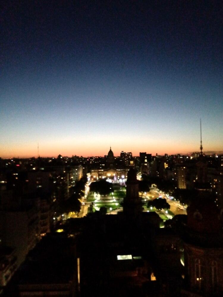 Una foto a la noche hecha con el Nokia 5.1 Plus.