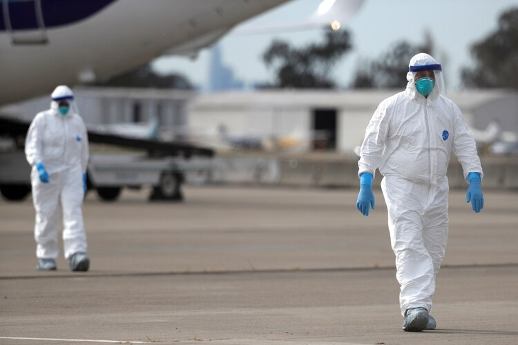 Equipo médico en el aeropuerto internacional de Oakland. REUTERS/Stephen Lam