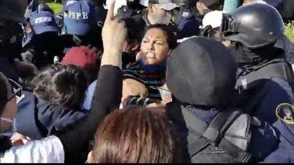 Familiares de desaparecidos fueron replegados por elementos de la Secretaría de Seguridad de Guanajuato (Foto: Twitter/SembrandoComun1)