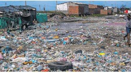 En época de lluvia las basuras son usadas para subir el nivel de las viviendas pues las aguas inundan el lugar. (@amroldarn)