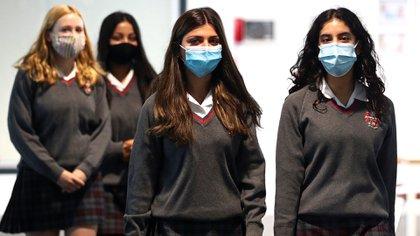 Jóvenes pupilas en su primer día de clases en Middlesex, Reino Unido. El 3 de septiembre de 2020. REUTERS/Hannah McKay