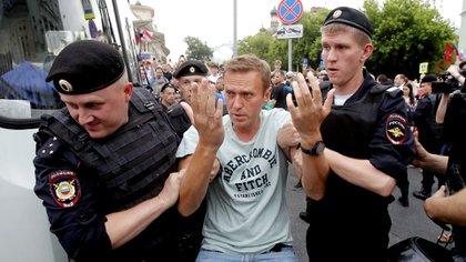 Policías arrestaron el 12 de junio al líder de la oposición rusa Alexei Navalny durante un mitin en apoyo al periodista de investigación Ivan Golunov (REUTERS/Maxim Shemetov)